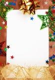 Vit julkort med garneringar Arkivbilder