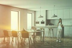 Vit kökhörn, stång och tabell, kvinna arkivfoto