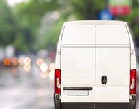 Vit körning för leveransskåpbil som är snabb på gatan för stadsblurrbokeh Fotografering för Bildbyråer