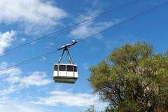 Vit kabelbil mot den blåa himlen royaltyfri fotografi