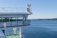 Vit kabin för kryssningskepp med stora fönster Vinge av springbron av kryssningeyeliner Vitt kryssningskepp på en blå himmel med  fotografering för bildbyråer