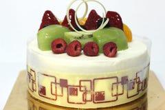 Vit kaka för chokladmousse med nya bär Arkivbilder