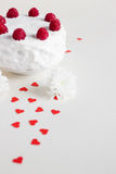Vit kaka med hallon på vit bakgrund Royaltyfri Bild