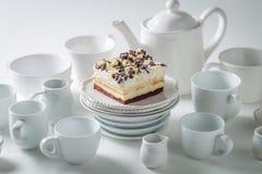 Vit kaka med mousse, choklad och porslin arkivfoto