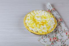 vit kaka med på en tabell med bakgrund Royaltyfri Bild