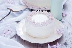 Vit kaka med rosa blommor Arkivfoton