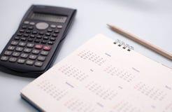 Vit kalender i planläggningsbegrepp arkivfoton