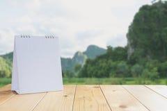 Vit kalender på den wood tabellen på naturbakgrund fotografering för bildbyråer