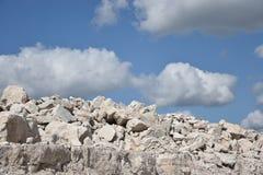 Vit kalksten och himmel med moln arkivfoton