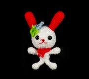 Vit kanin för handgjord virkning med den röda öradockan på Arkivbilder