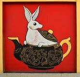 Vit kanin i tekannan Arkivbild