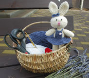 Vit kanin på tillbehör för handarbetebakgrund Arkivbild