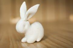 Vit kanin på trätabellen Fotografering för Bildbyråer