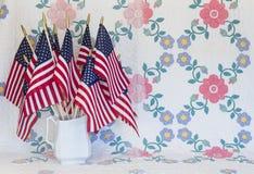 Vit kanna med amerikanska flaggan arkivfoto
