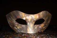 Vit karnevalmaskering med reflexioner av paljetter Fotografering för Bildbyråer