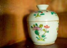 Vit keramisk kopp i thai stil arkivbild