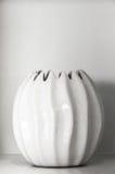 Vit keramisk lerakruka för garnering på hylla royaltyfri bild