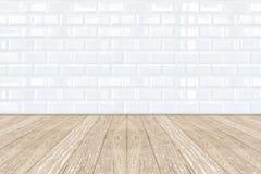 Vit keramisk tegelstentegelplattavägg och trägolv Arkivfoton