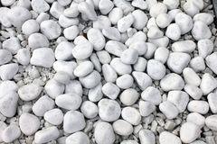 Vit kiselstenstentextur på jordningen Arkivbild