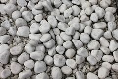 Vit kiselstenstentextur på jordningen Arkivfoto
