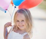 vit klänning för flicka, ballonger! Arkivbilder