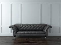 Vit klassisk interior med den svarta sofaen Arkivfoto