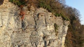 Vit klippor och höstnatur Arkivbilder