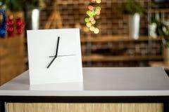 Vit klocka på modern hylla Spegelram eller inre rumgarnering arkivbild