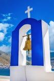 Vit klockatorn för grekisk kyrka för blått och, Grekland royaltyfri bild
