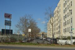 Vit kontorsbyggnad som lokaliseras i i stadens centrum New York City royaltyfria foton