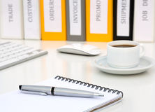 Vit kontorstabell med utövande grupp Grey Metal Pen Coffee Computer för Notepad arkivbild