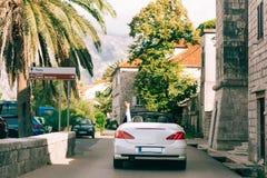 Vit konvertibel cabriolet i Montenegro En tur med bilen på Mo royaltyfri bild