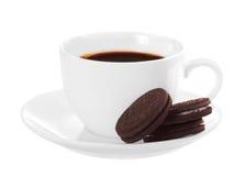 Vit kopp av mörka kaffe- och chokladkakor arkivfoto