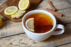 Vit kopp av svart naturligt te med ingefäran, citronen och honung Sund antiviral drink Varmt vinterdryckbegrepp arkivfoto