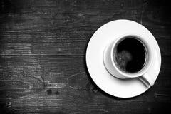 Vit kopp kaffe på den gamla trätabellen tonat Royaltyfria Bilder