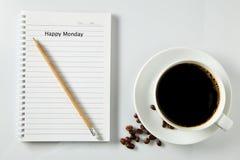 Vit kopp kaffemorgon på trätabellen med anteckningsboken Royaltyfria Bilder