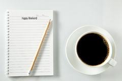 Vit kopp kaffemorgon på trätabellen med anteckningsboken Royaltyfri Fotografi