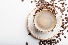 Vit kopp med cappuccinokaffe på vit träbakgrund Bästa sikt med kopieringsutrymme Lekmanna- lägenhet royaltyfri fotografi