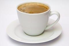 Vit kopp med espressokaffe som isoleras på vit Arkivfoton