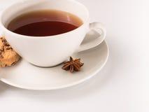 Vit kopp te med kakan Arkivbild