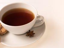 Vit kopp te med kakor Arkivbilder