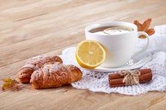 Vit kopp te med kakor på en vit kopp te för träbakgrund med kakor på en träbakgrund kopiera avstånd Arkivbilder