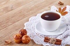 Vit kopp te med kakor på en vit kopp te för träbakgrund med kakor på en träbakgrund kopiera avstånd Fotografering för Bildbyråer