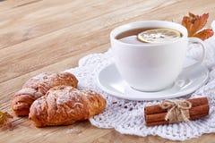 Vit kopp te med kakor på en vit kopp te för träbakgrund med kakor på en träbakgrund kopiera avstånd Royaltyfri Bild