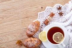 Vit kopp te med kakor på en vit kopp te för träbakgrund med kakor på en träbakgrund kopiera avstånd Arkivbild
