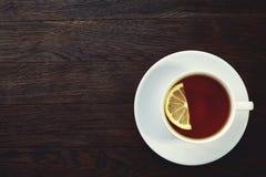Vit kopp te med kakor på en träbakgrund Royaltyfri Fotografi