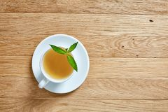 Vit kopp te med kakor på en träbakgrund Royaltyfria Foton