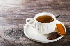 Vit kopp te på tabellen avslappnande teakvinna för cocktail party Royaltyfria Foton