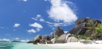 Vit korallsand på den tropiska stranden. Royaltyfri Bild