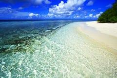 Vit korallsandstrand Royaltyfri Bild